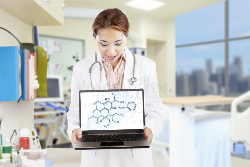 Investigador que muestra fórmulas de la química fotos de archivo