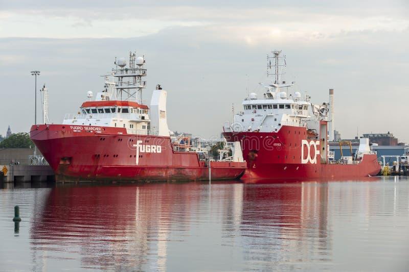 Investigador y DOF Geosea de Fugro de los buques de la encuesta atracado en New Bedford imagen de archivo libre de regalías
