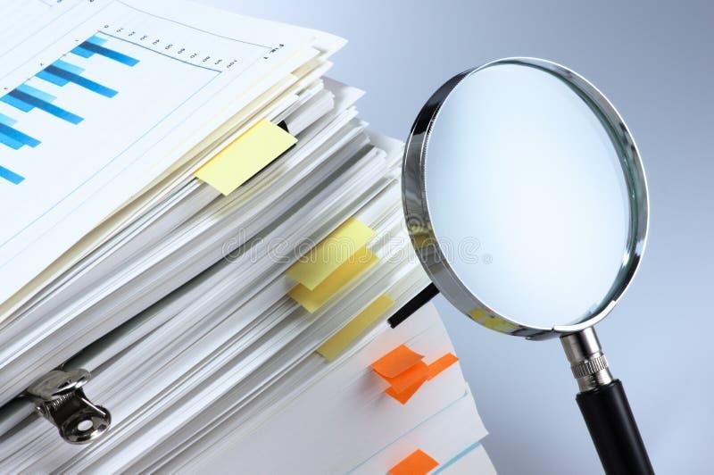 Investigue y analice. foto de archivo