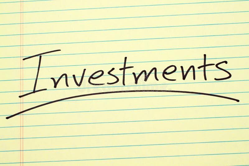 Investimenti su un blocco note giallo immagine stock libera da diritti