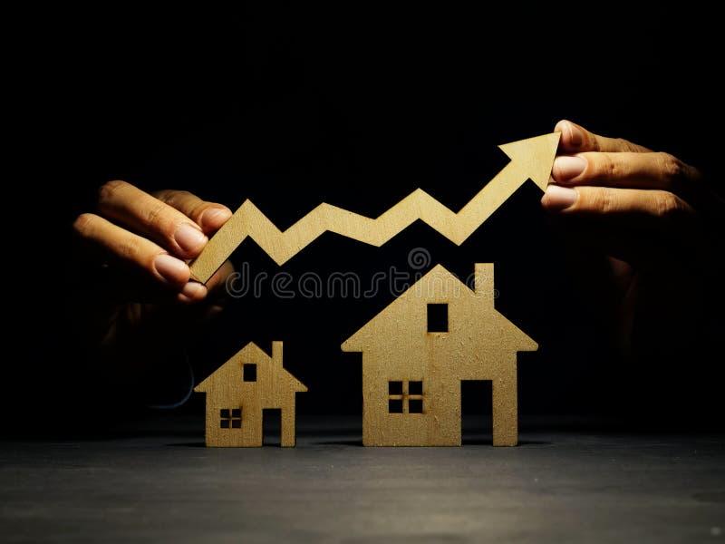Investimento da propriedade Modelos da seta da casa e da terra arrendada da mão imagem de stock