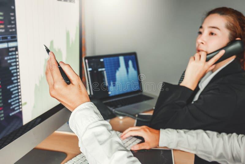 Investimento da reunião da equipe do negócio e empresário Trading Stock Market e de discussão e de análise da troca gráfico fotografia de stock royalty free