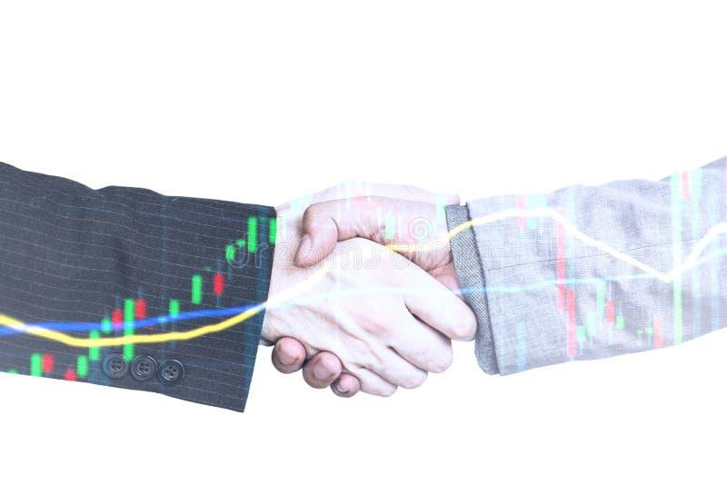 Investimento della stretta di mano e guadagno e profitti di concetto del mercato azionario con i grafici sbiaditi del candeliere fotografia stock