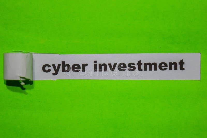 Investimento do Cyber, inspiração e conceito do negócio no papel rasgado verde fotos de stock