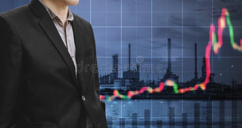 Investimento nell'affare del combustibile e di energia Uomo d'affari di doppia esposizione con la centrale elettrica, la raffiner fotografia stock libera da diritti