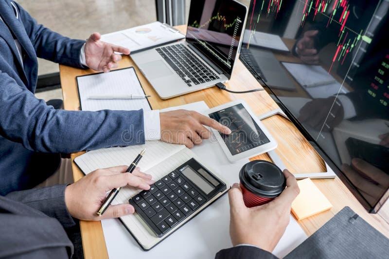 Investimento que trabalha com computador, planeamento da equipe do negócio e analisando a troca do mercado de valores de ação do  imagem de stock royalty free