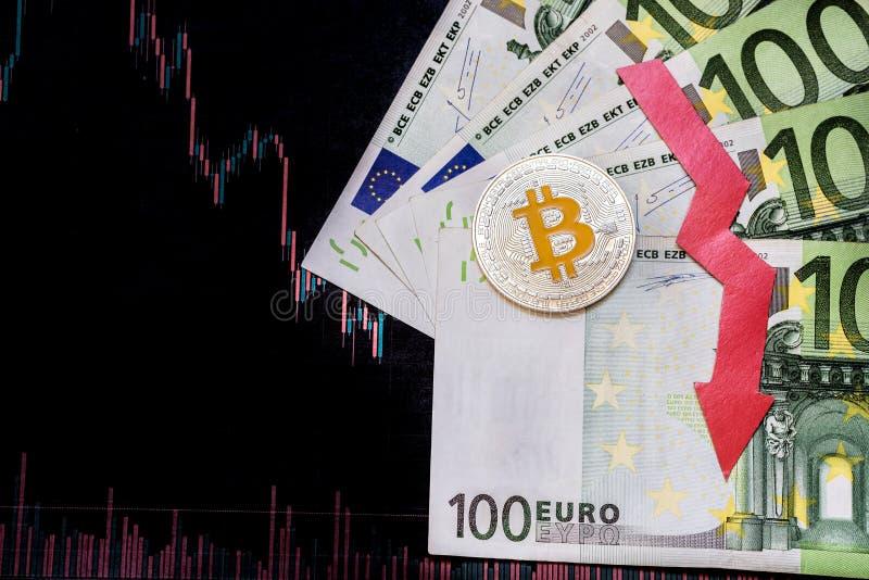 Investimento in?til da deprecia??o do bitcoin virtual do dinheiro A seta vermelha, o bitcoin de prata e o euro v?o para baixo na  imagem de stock royalty free