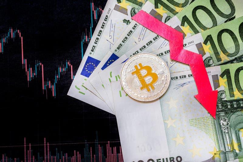 Investimento in?til da deprecia??o do bitcoin virtual do dinheiro A seta vermelha, o bitcoin de prata e o euro v?o para baixo na  imagens de stock royalty free