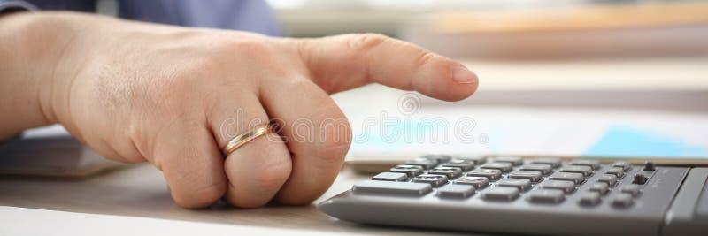 Investissement de Calculator Analyzing Company d'utilisation d'homme photographie stock libre de droits