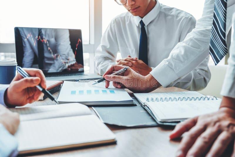 Investissement de réunion d'équipe d'affaires et entrepreneur Trading Stock Market et graphique de discussion et d'analyse d'écha photos libres de droits