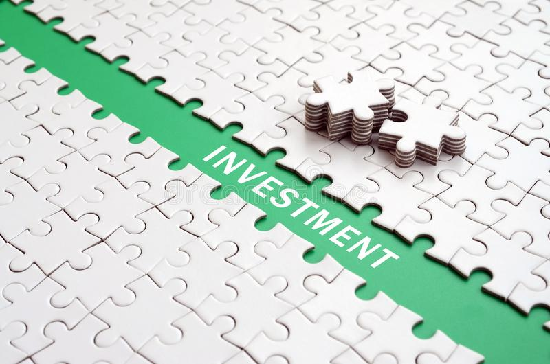investissement Le chemin vert est étendu sur la plate-forme des FO blanches image libre de droits