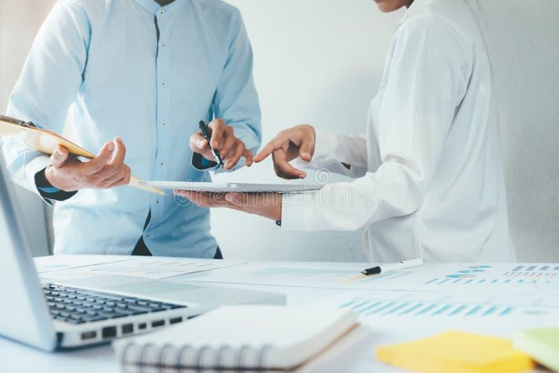 investisseur travaillant le nouveau projet de démarrage Réunion de finances images libres de droits