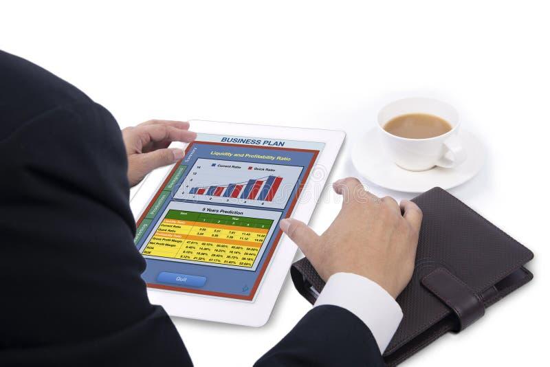 Investisseurs considérant le plan d'action cette apparence sur le tabl numérique image stock
