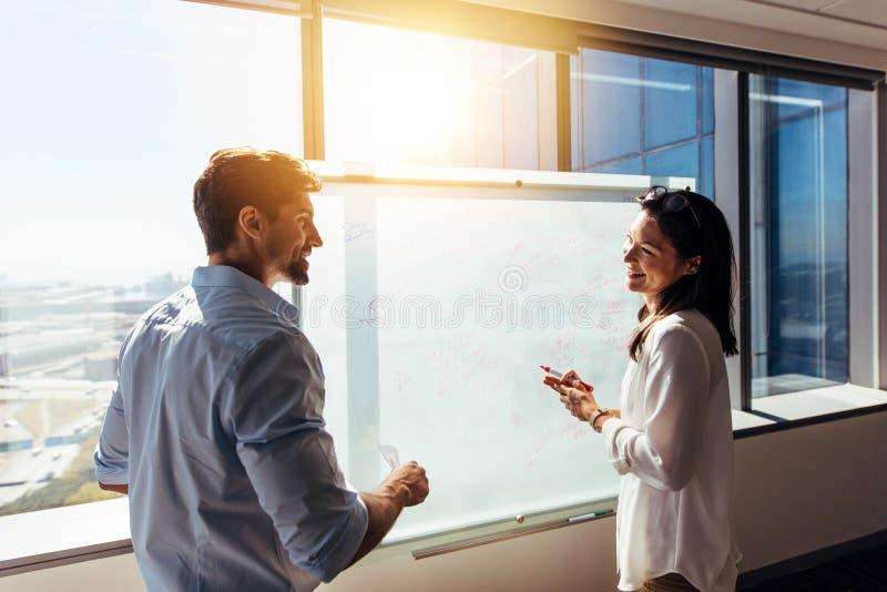 Investisseurs d'affaires dans la salle de réunion discutant le travail photos libres de droits