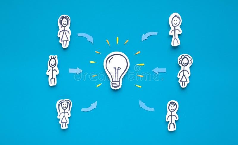 Investisseurs donnant l'argent sur l'introduction de la nouvelle idée créative images libres de droits