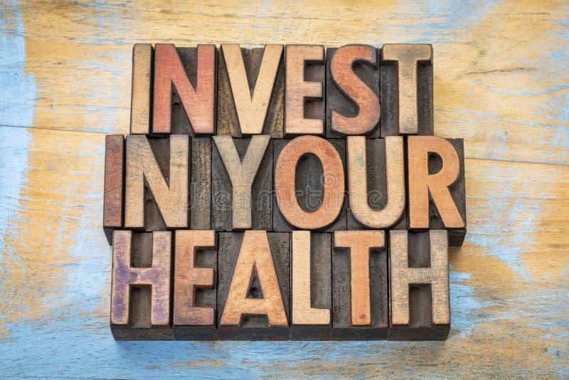 Investissez dans votre santé dans le type en bois photos stock