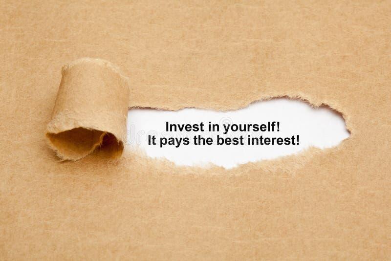 Investissez dans vous-même le concept de papier déchiré par citation images stock