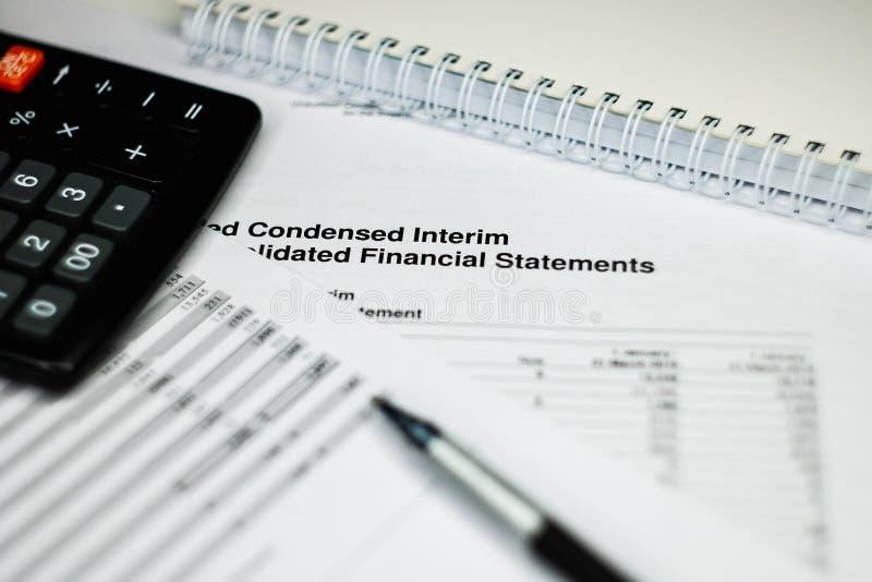 Investissez le financement en encaissant le concept rapport de comptabilité d'entreprise photos stock