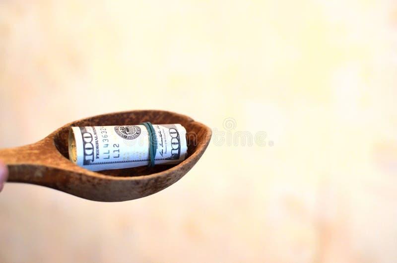 Investition, Finanz-, Spendenkonzept oder Bestechungsgeld, Geld angeboten in der Datei, gebend Geld in Dateiwann lizenzfreies stockbild