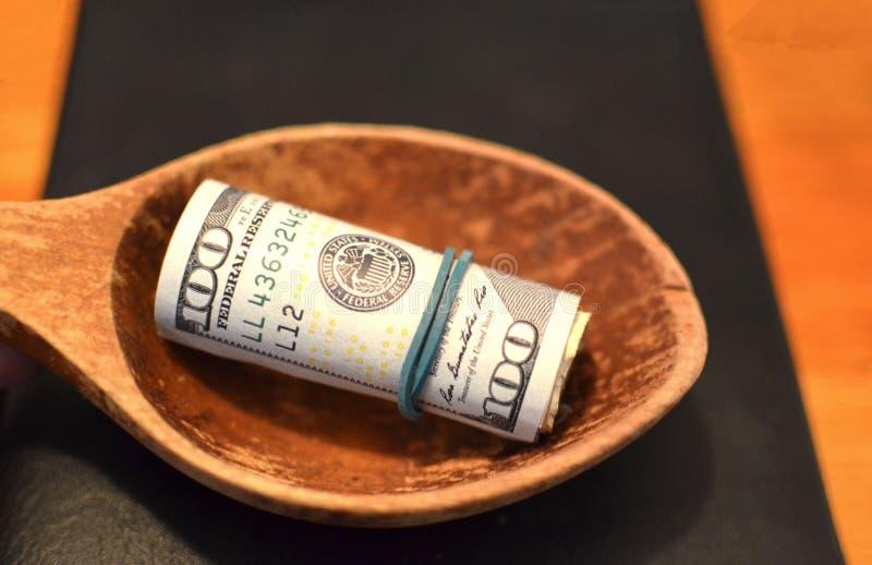 Investition, Finanz-, Spendenkonzept oder Bestechungsgeld, Geld angeboten in der Datei, gebend Geld in Dateiwann lizenzfreie stockfotos