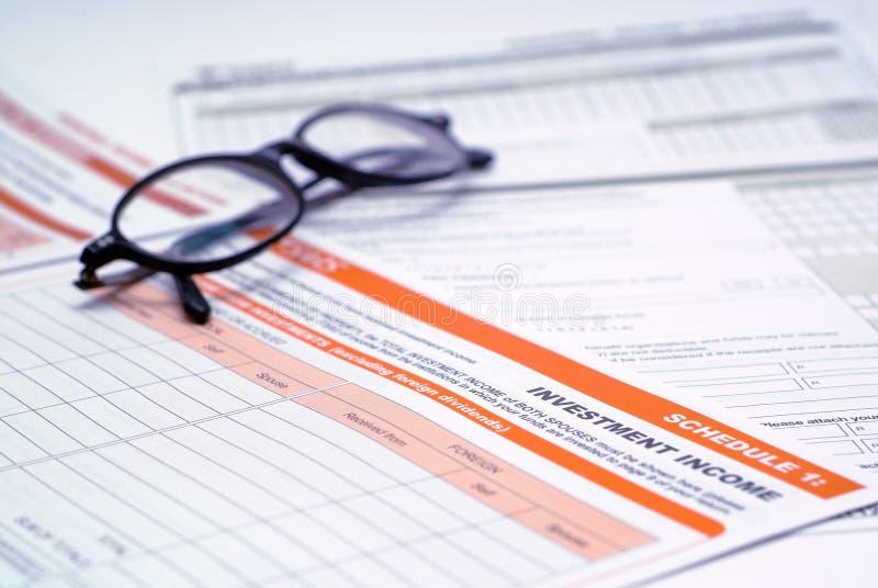 InvestitionsSteuerformular und Gläser stockbild