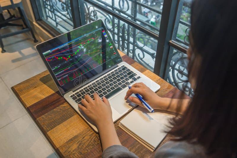 Investor analysieren Änderung der Börse auf Laptop stockbild