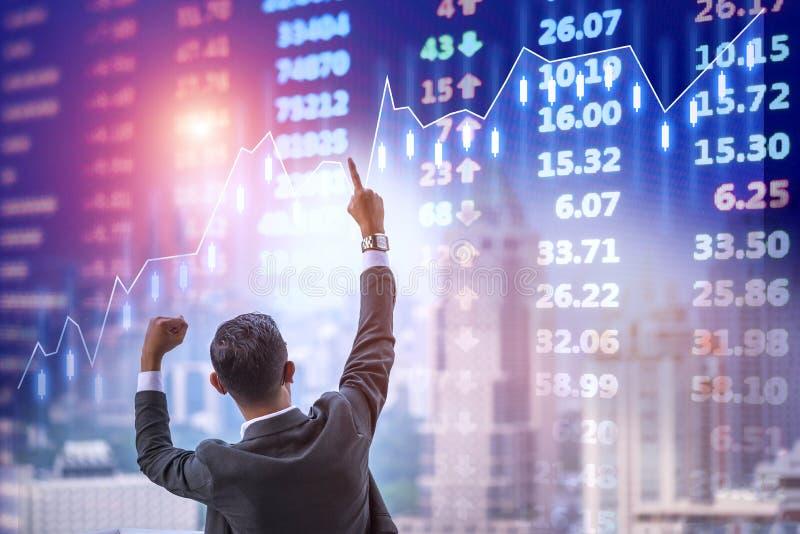 Investorhändler glücklich und erfolgreich stockfotografie