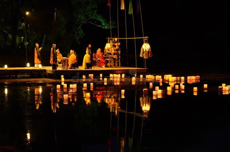 Inviando giù le lanterne di carta alla cerimonia, Kyoto Giappone fotografia stock