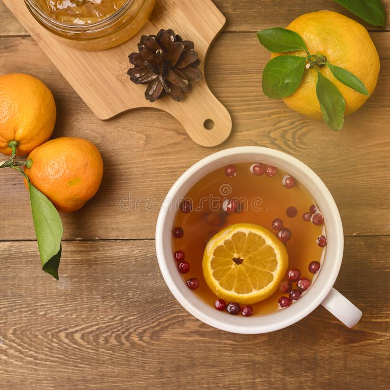 Invierno caliente Berry Tea con la opinión superior de los arándanos y de las naranjas maduras de madera de la fruta cítrica de l fotografía de archivo