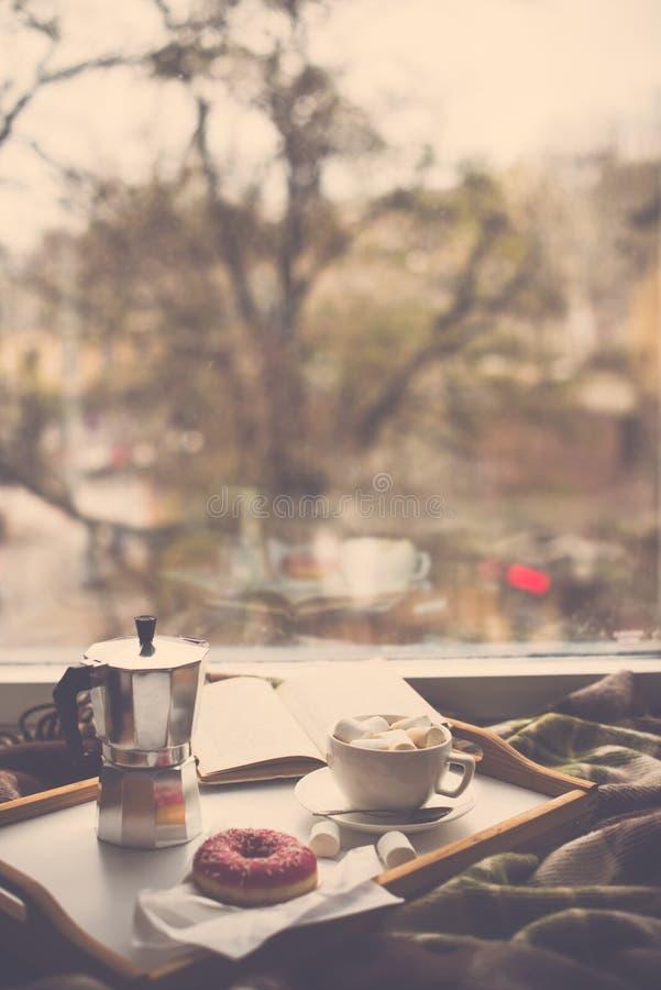 Invierno casero acogedor con café y la manta fotos de archivo