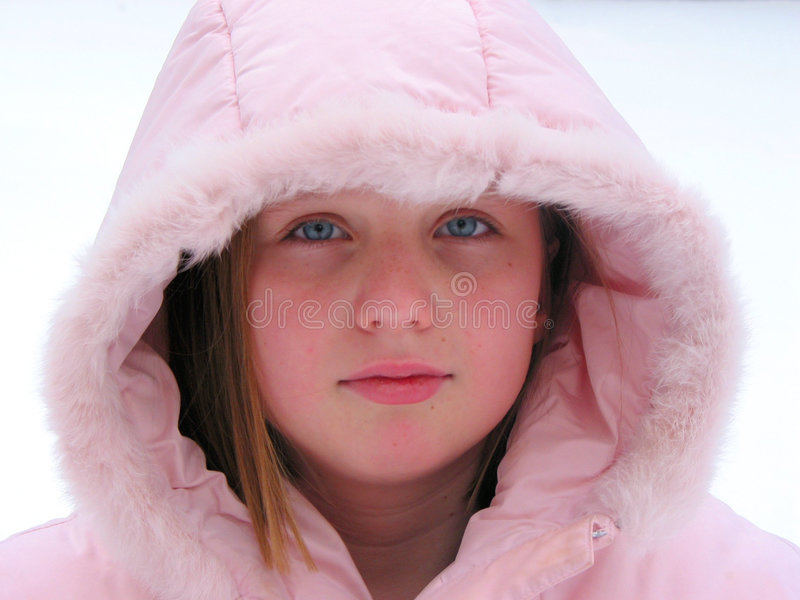 Invierno Cutie - retrato de una chica joven en un capo motor imagen de archivo
