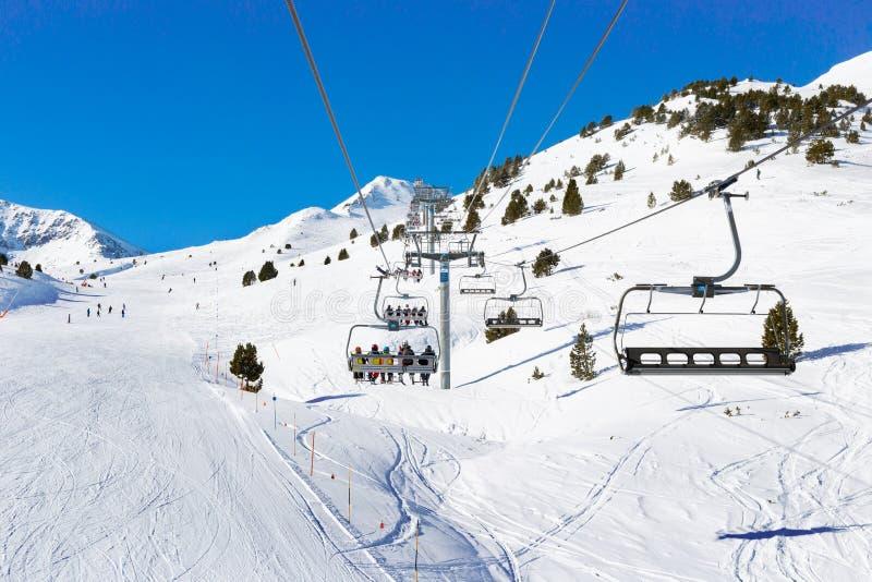 Invierno de la elevación de esquí alpino de la silla foto de archivo libre de regalías