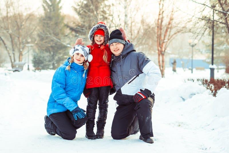 Invierno de la familia en la nieve fotografía de archivo libre de regalías