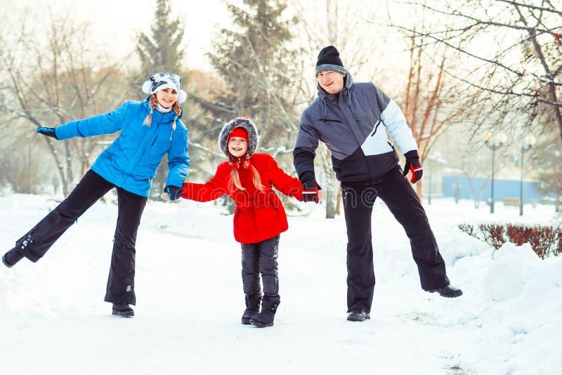 Invierno de la familia en la nieve imagen de archivo