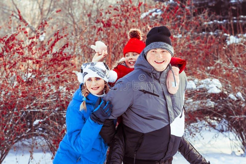 Invierno de la familia en la nieve foto de archivo