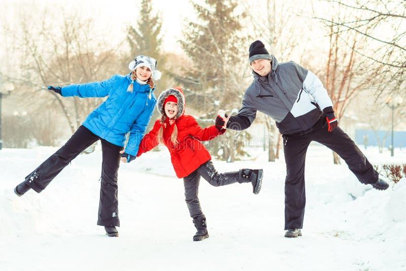 Invierno de la familia en la nieve imagenes de archivo