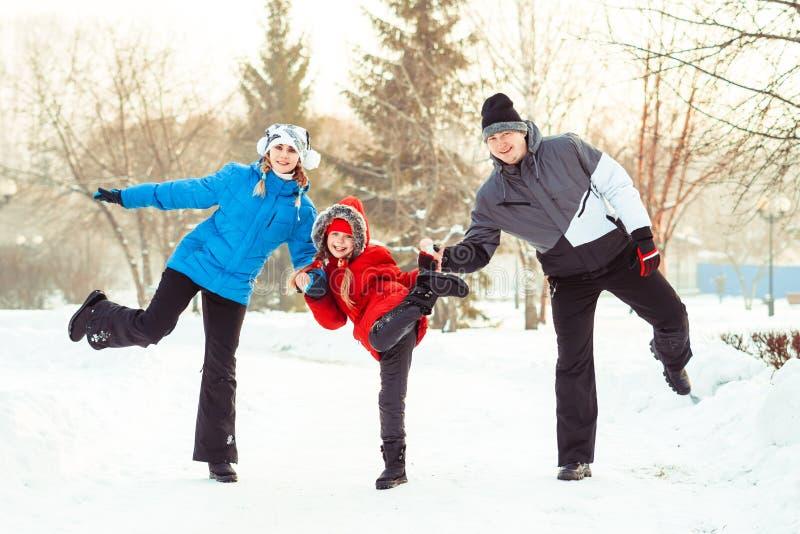 Invierno de la familia en la nieve foto de archivo libre de regalías