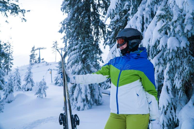Invierno de los días de fiesta del esquí de la mujer Forma de vida activa Esquiador del campo a través imágenes de archivo libres de regalías