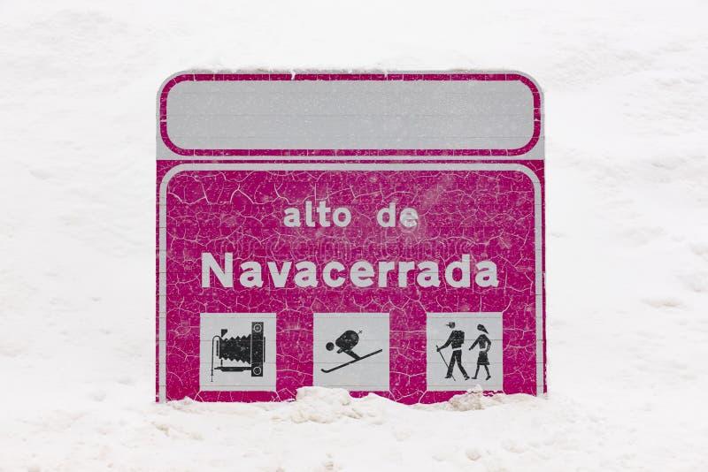 Invierno de los posts de la información del camino de la señal Cubierto por la nieve Hori imagenes de archivo