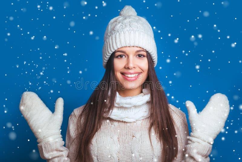 Invierno del amor La mujer feliz bastante joven en invierno viste a la mujer su imagen de archivo libre de regalías