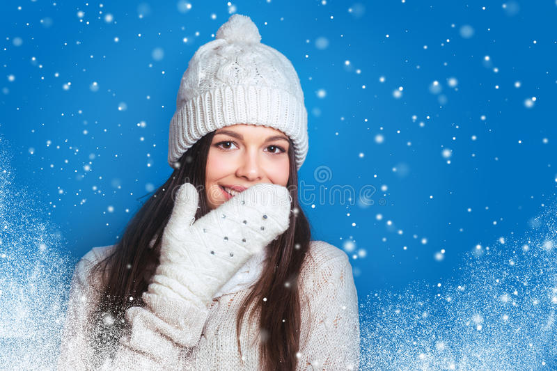 Invierno del amor Mujer feliz bastante joven en ropa del invierno imagen de archivo