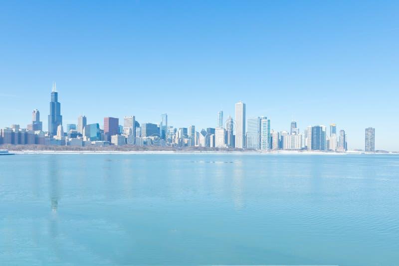 Invierno en Chicago céntrica con horizonte de la ciudad imagen de archivo