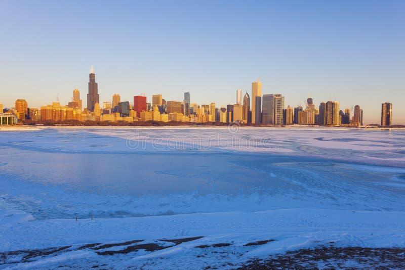 Invierno en Chicago - horizonte en la salida del sol imagenes de archivo