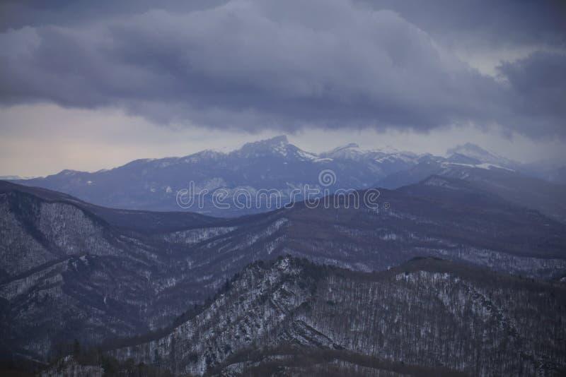 Invierno en el Cáucaso imagenes de archivo