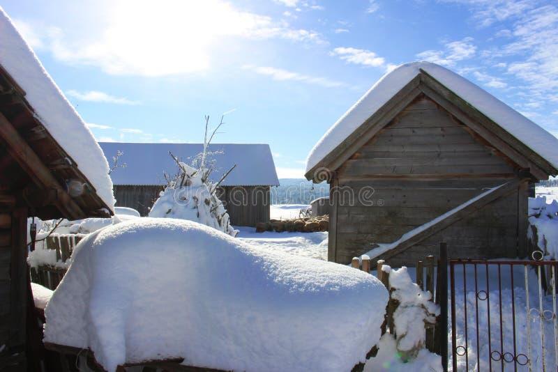 Invierno en el campo de la montaña imagenes de archivo