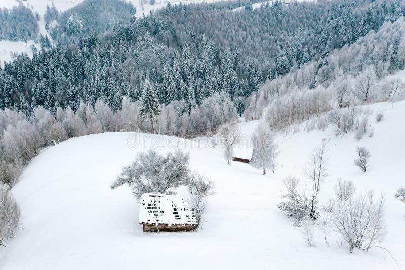 Invierno en el paisaje estacional tradicional de Rumania en un pueblo campesino imágenes de archivo libres de regalías