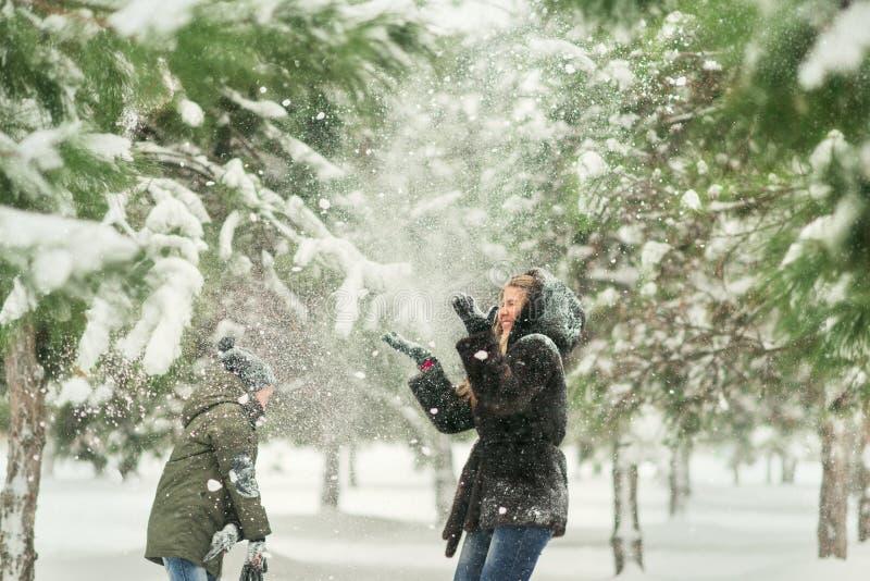 Invierno en el parque que juega la madre y al hijo en imagenes de archivo