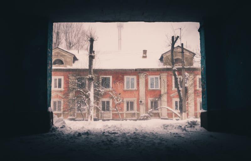 Invierno en Europa Oriental Viejas casas y derivas de la nieve imagen de archivo libre de regalías