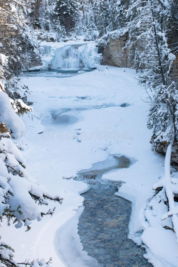 Invierno en Johnston Canyon en las montañas rocosas canadienses fotos de archivo libres de regalías
