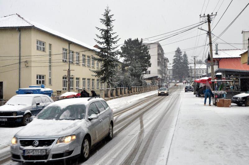Invierno en la pequeña ciudad Dragash, Kosovo fotos de archivo
